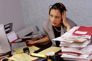 Frau am Schreibtisch verzweifelt